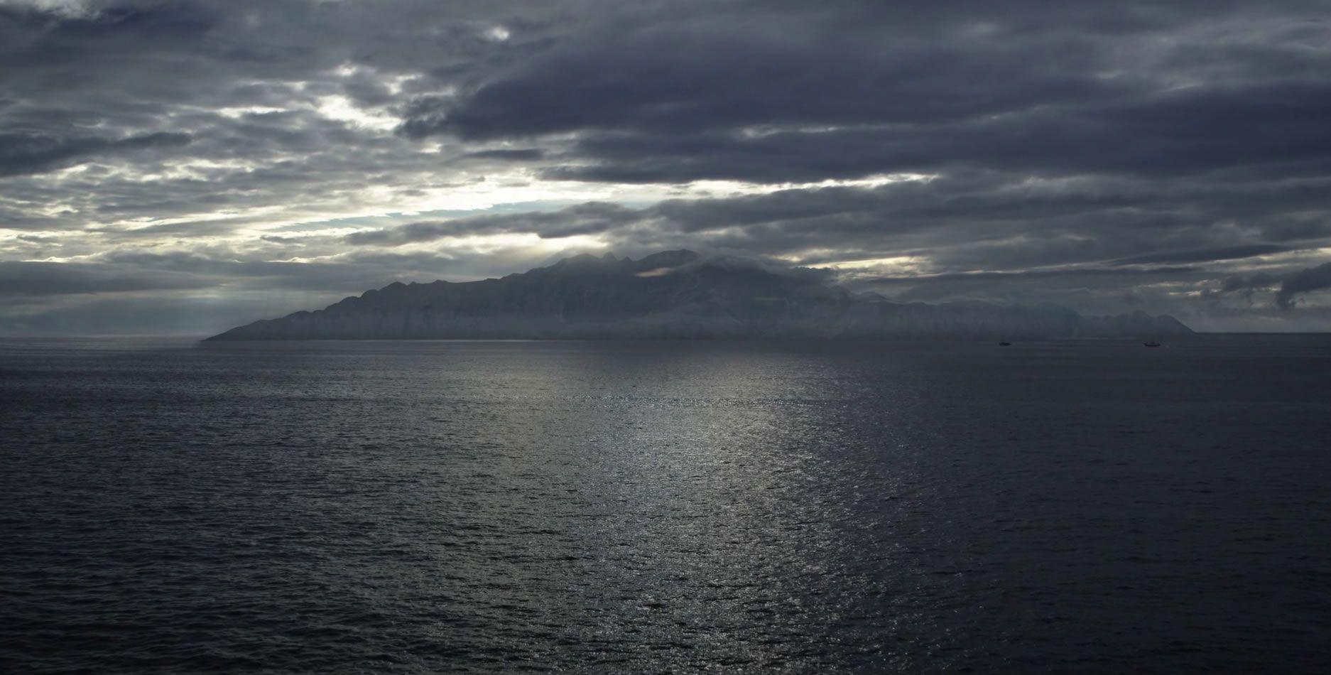 En la ficción, Néboa es una pequeña isla de 62 kilómetros cuadrados, enclavaba en el oceáno Atlántico y el mar Cantábrico