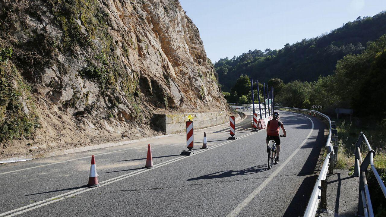 La falta de arcén obliga a los peregrinos a caminar sobre la carretera