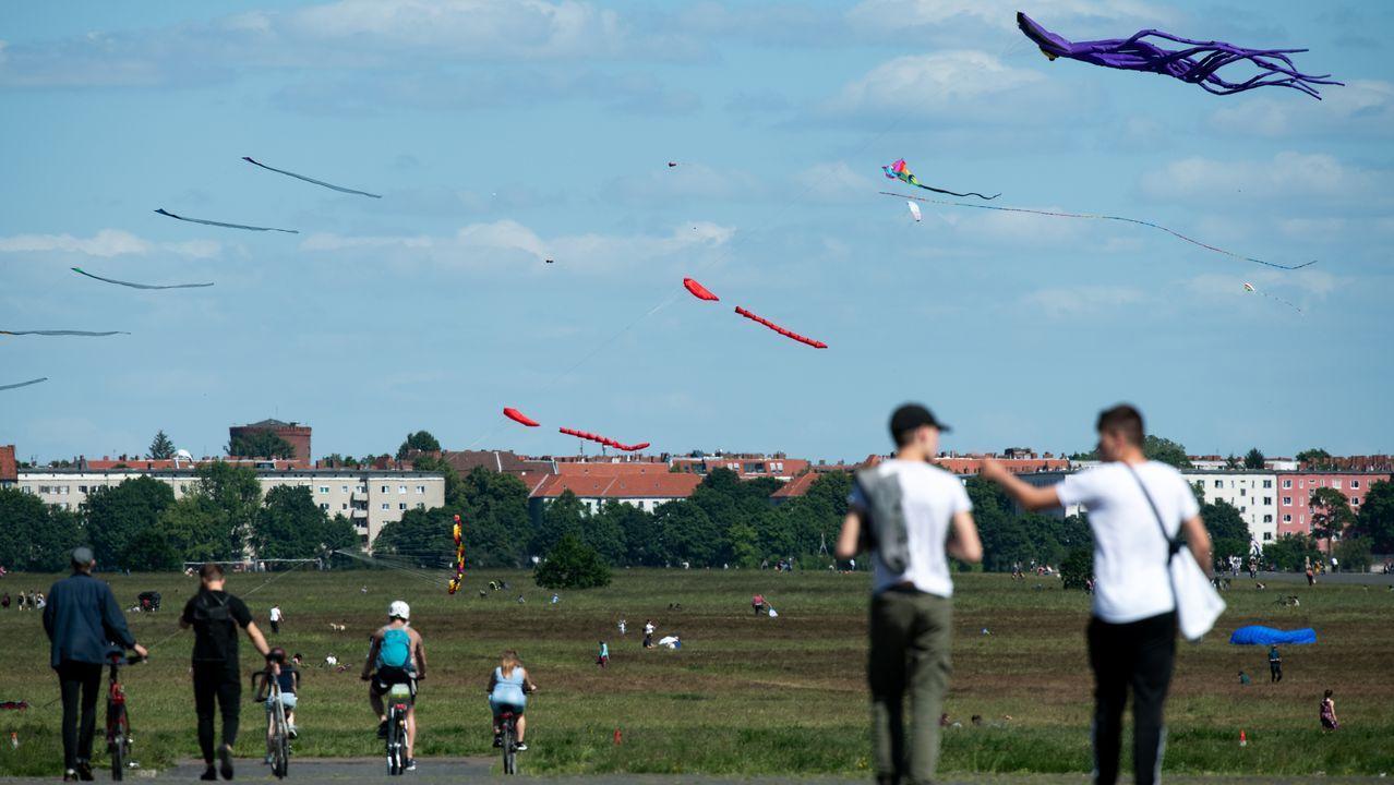 Numerosos aficionados hicieron volar ayer sus cometas en el parque Tempelhofer Feld, en Berlín
