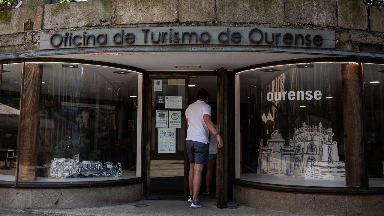 Usuarios, con mascarillas, en la entrada del Hospital Montecelo, en Pontevedra, donde hay dos pacientes de coronavirus ingresados