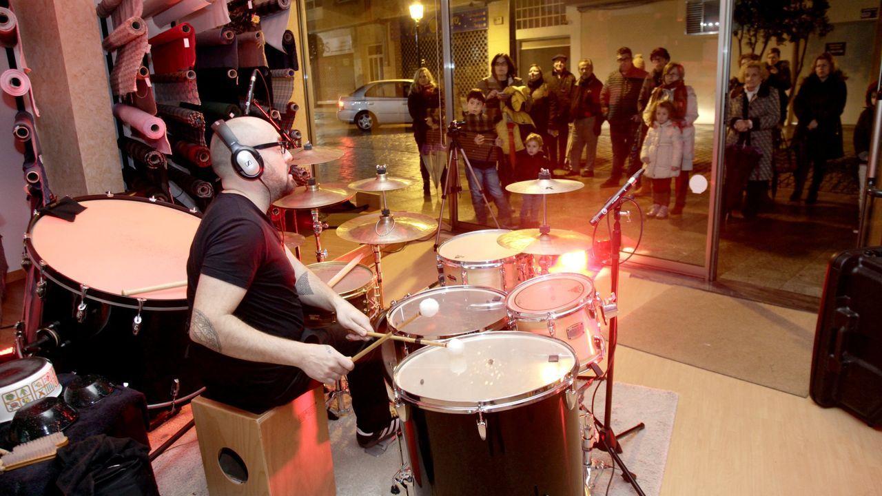 O músico Roberto Oliveira, nun concerto que ofreceu no escaparate dunha tenda