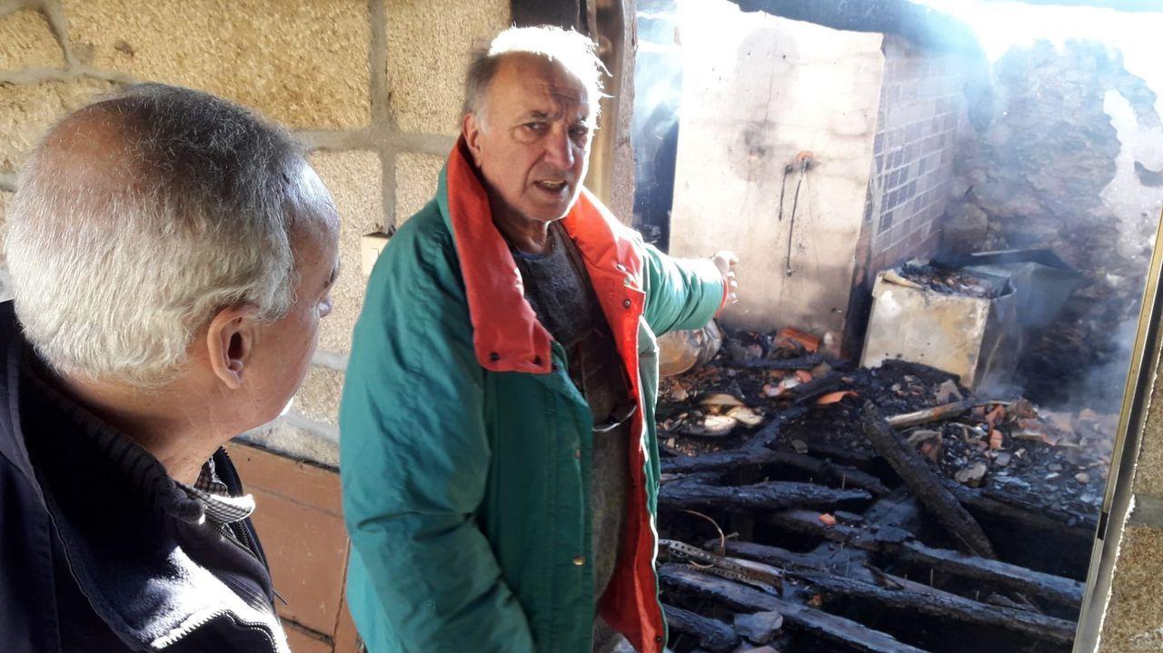 El propietario de la vivienda indica el lugar donde se originó el fuego, un cuarto en el que se guardaban unos congeladores