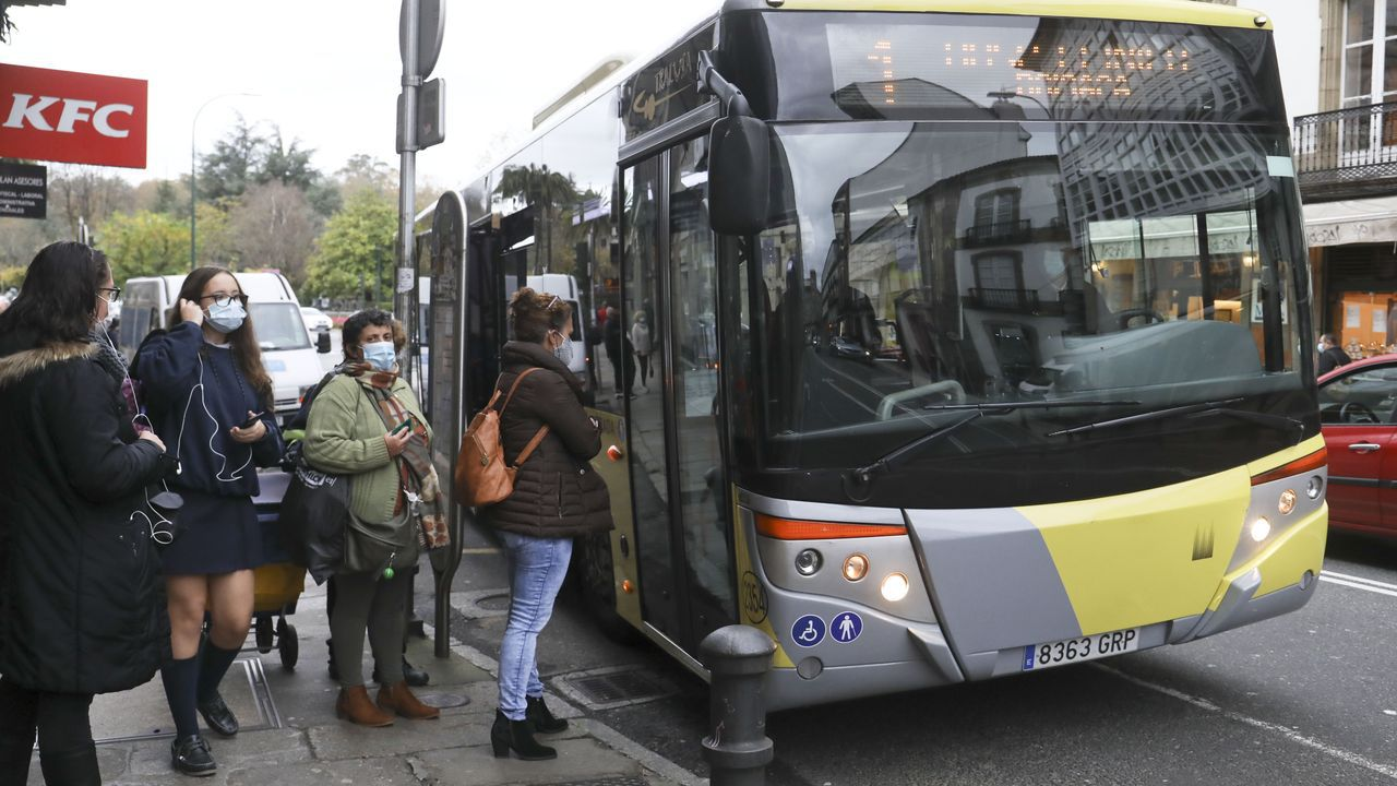 Colas para subir al autobús en Santiago