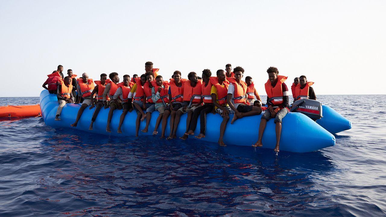 Padre Ángel.Los 65 inmigrantes rescatados el viernes a unas 34 millas de la costa libia