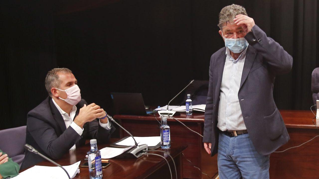 Colas para vacunarse contra el covid en Pontevedra.Rafa Domínguez (sentado), con el alcalde de Pontevedra, Miguel Anxo Fernández Lores, en una imagen de archivo
