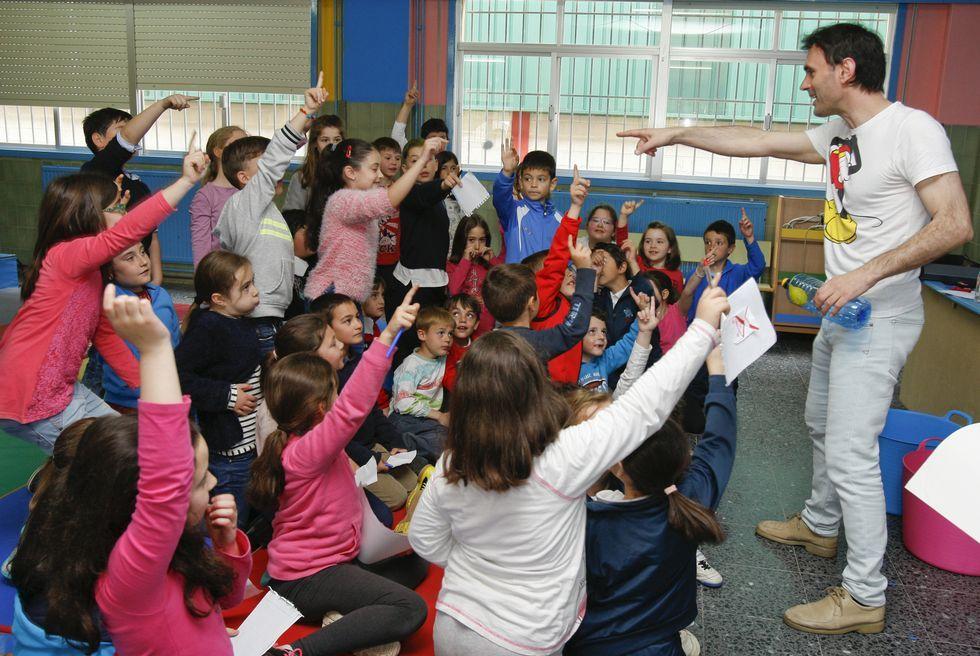 <span lang= es-es >Jorge Mira</span>. El físico baiés realizó un experimento con los escolares del colegio de Gándara-Sofán, quienes le hicieron un mural para agradecerle la vista. Los niños realizaron muchas preguntas que el científico respondió con paciencia.