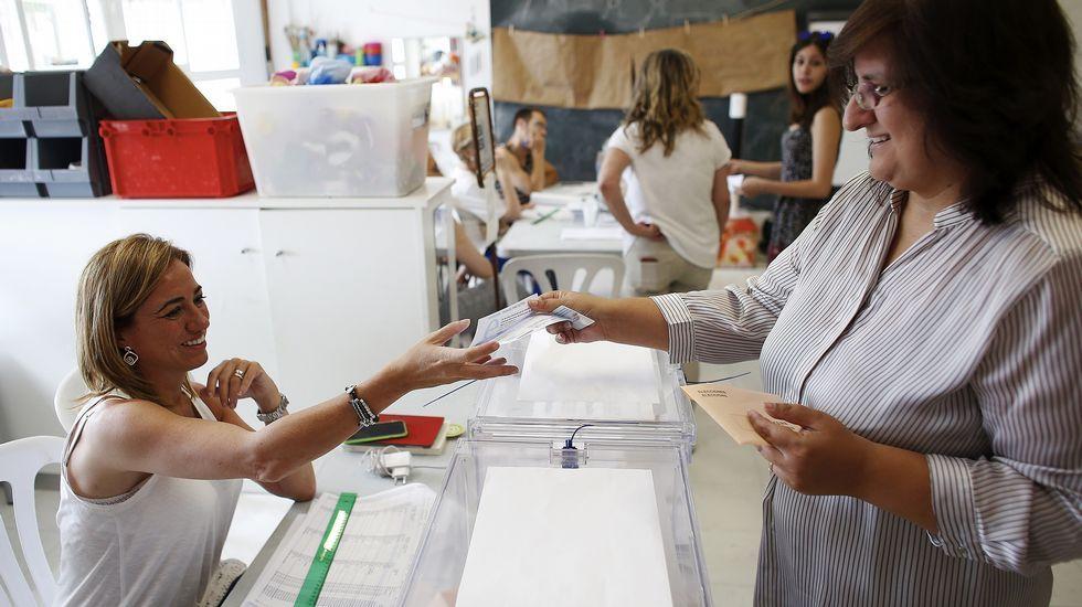 Carme Chacón, miembro de la ejecutiva federal del PSOE, ejerce de vocal en una mesa del colegio electoral de Esplugues de Llobregat.