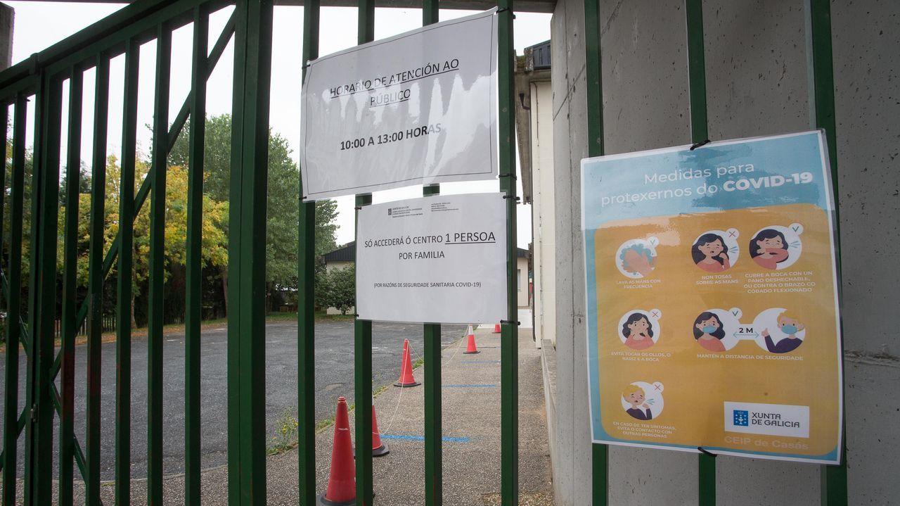 Avisos a la puerta de un colegio lucense, advirtiendo que solo podrá entrar una persona por familia