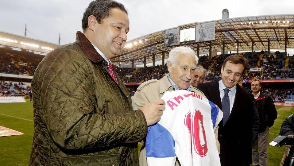 Jornada artística y reivindicativa en San Valentín.El capitán Manuel De la Fuente levantó el trofeo en tierras herculinas.