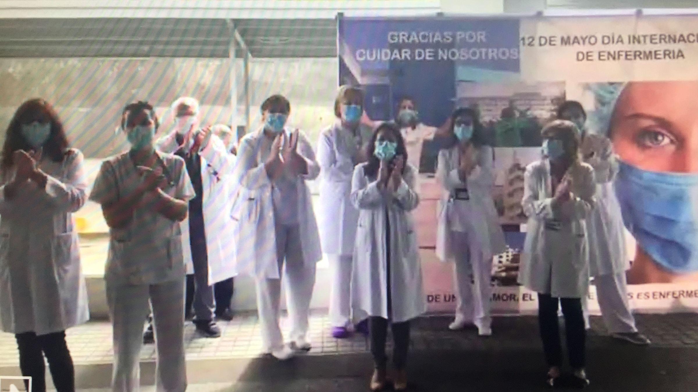 Personal sanitario del hospital Álvaro Cunqueiro de Vigo aplauden a las enfermeras del centro en su día internacional.Urgencias del hospital Álvaro Cunqueiro de Vigo