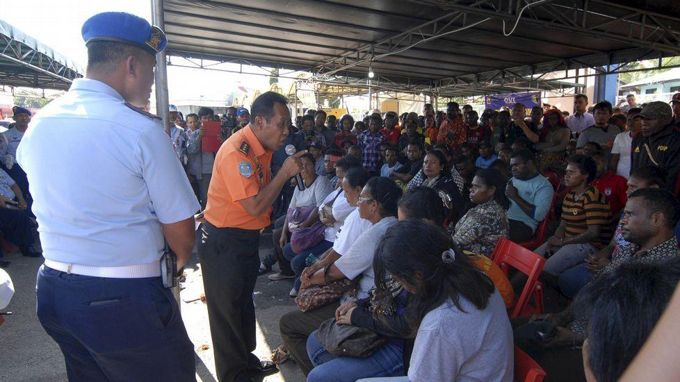 Familiares de las víctimas del avión siniestrado en Indonesia