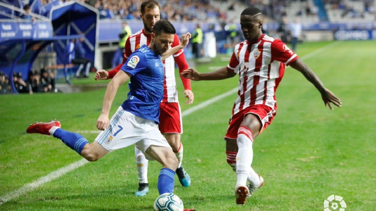 Omar Ramos golpea un balón en el Real Oviedo-Almería
