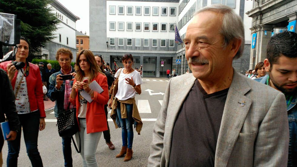 Gabino de Lorenzo.Wenceslao López atendiendo a los medios en San Mateo