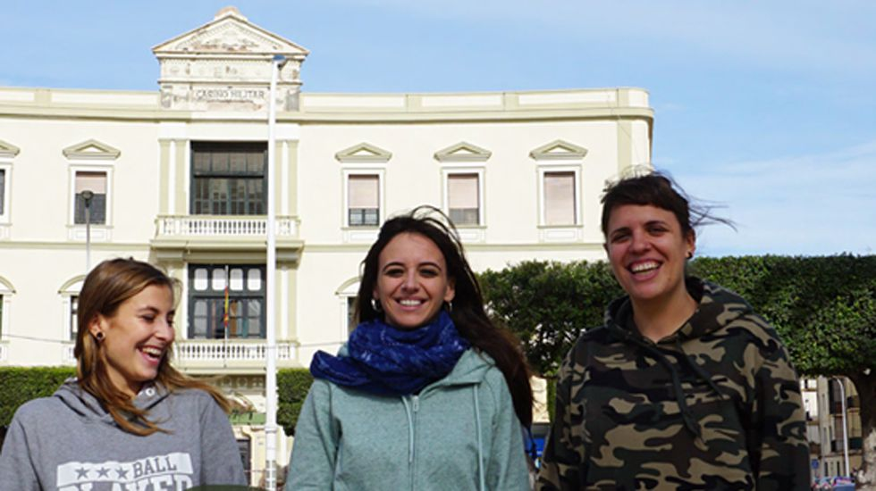 La Policía desarticula una red de trata de mujeres.Voluntarias de Harraga en un fragmento del cartel retirado de las calles de Gijón