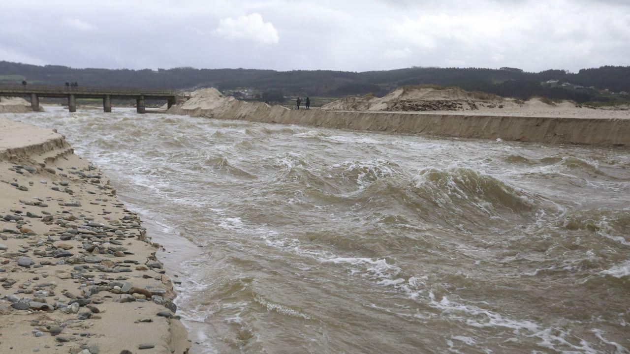 El canal de Baldaio, comenzando a desaguar tras las obras