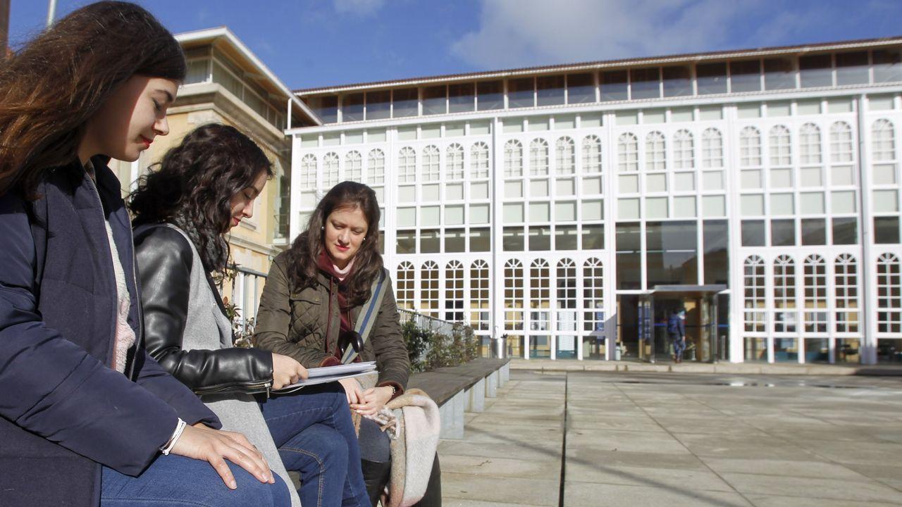mooc.En la imagen de archivo, alumnas delante de la Facultad de Humanidades y Documentación de Ferrol