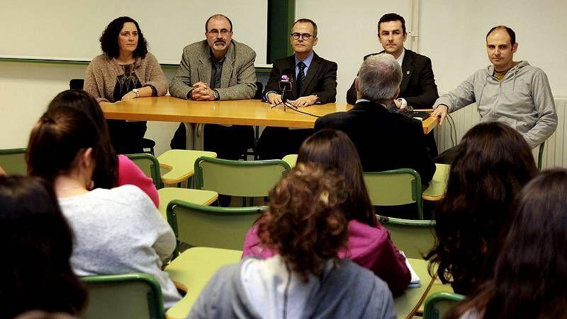Alfonso Rueda (primero por la derecha) visitó las instalaciones del centro comarcal.