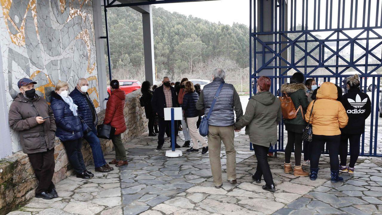 Gente aguardando su turno para acceder a la galería comercial que Sargadelos tiene en Cervo