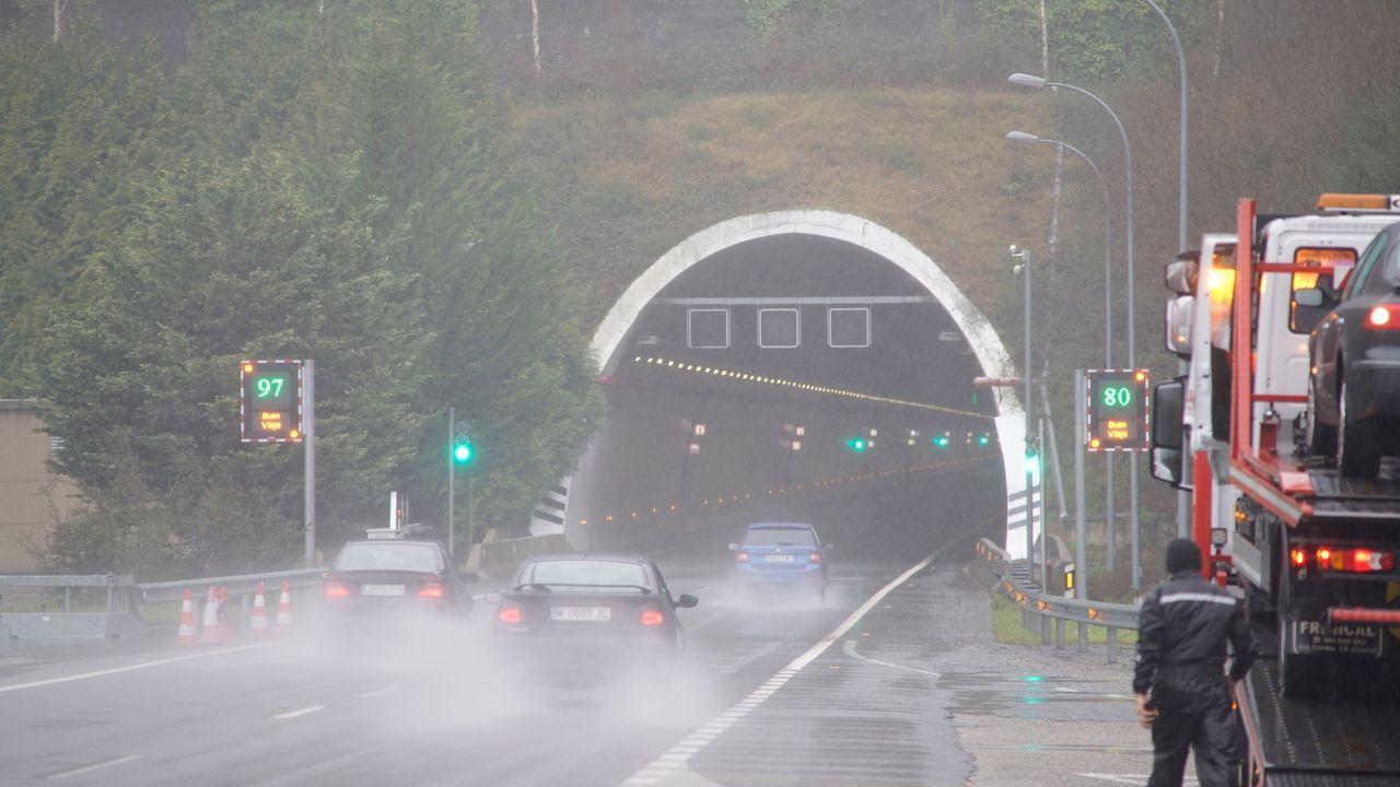 Camioneros gallegos sobre el mal estado de la autovía A-6.La nueva estación de autobuses de Ourense fue inaugurada el sábado