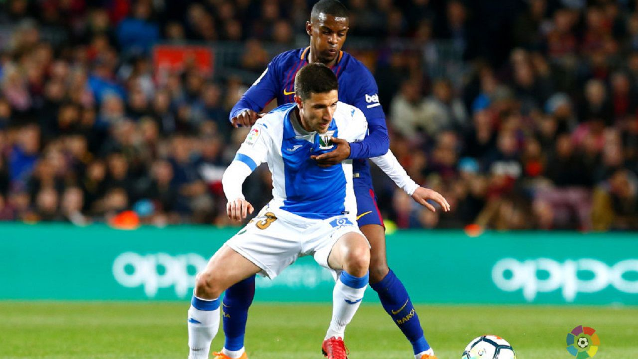 Omar Ramos protege el balón ante Semedo en un Barça-Leganés