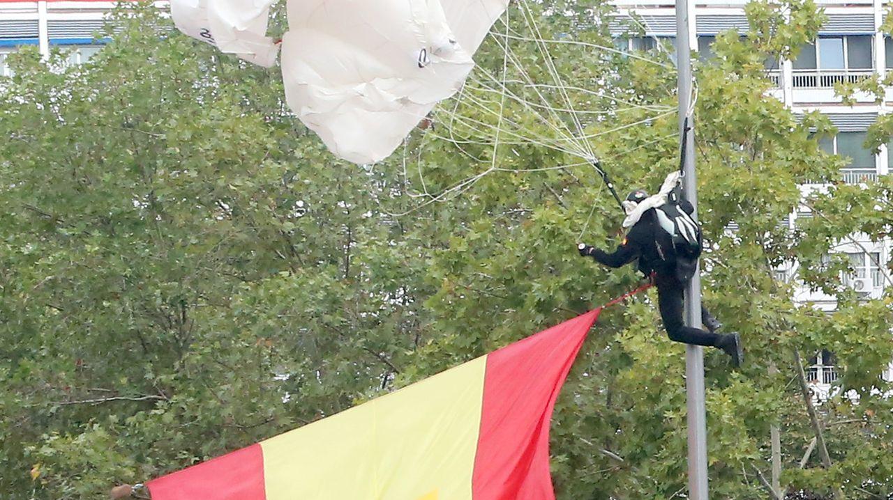 El paracaidista se golpeó contra una farola