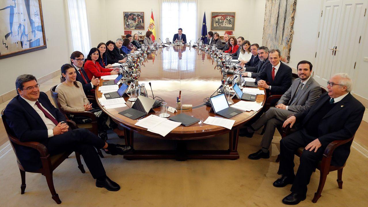 Todos los integrantes del Gobierno de coalición, en el primer Consejo de Ministros