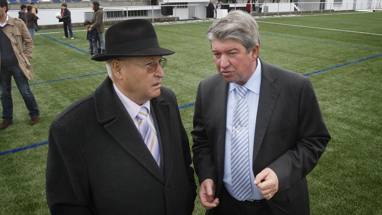 Ramiro Varela, actual alcalde de Agolada, y su suegro, Manuel Costa, exregidor, durante una inauguración en 2011