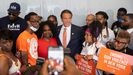 El gobernador de Nueva York, Andre Cuomo, con simpatizantes tras anunciar la violencia armada como una «emergencia sanitaria pública»