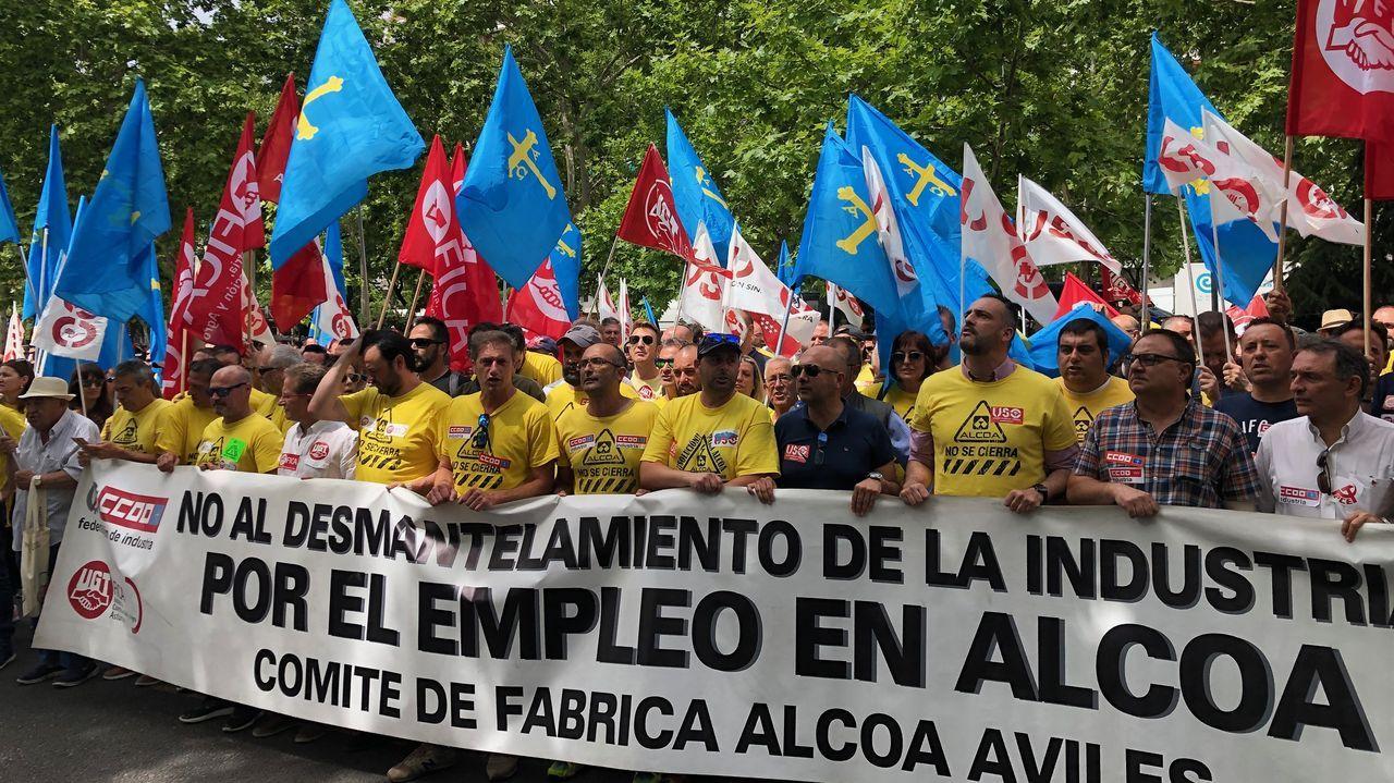 Representantes de Parter, de traje, junto al presidente del comité de Alcoa de Avilés, José Manuel de la Uz, de azul