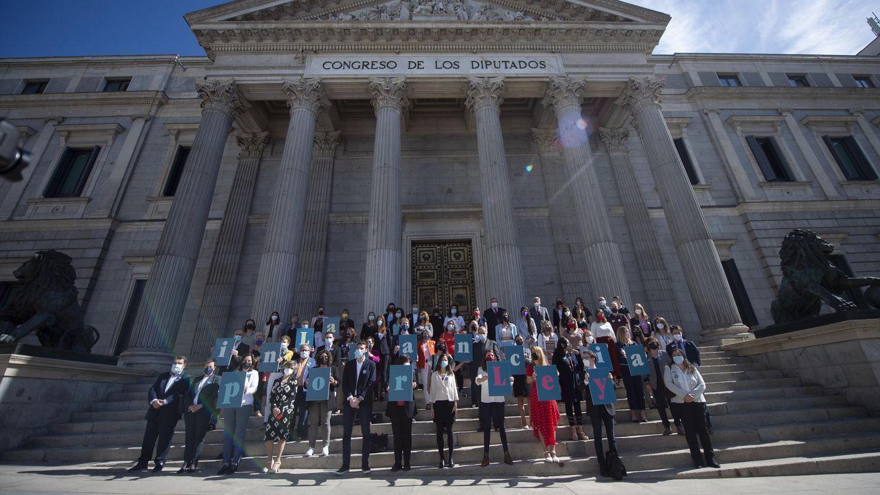 La ministra de Derechos Sociales, Ione Belarra, rodeada de Diputados que han formado con letras la frase  La infancia por Ley , aplaude en la escalinata del Congreso que aprueba este jueves de forma definitiva la ley de protección integral a la infancia