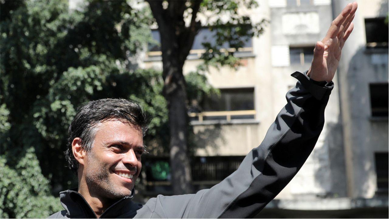 Leopoldo López saluda a sus seguidores tras ser liberado en Caracas