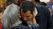 Guaidó abraza a su madre en la misa en honor a los muertos en las protestas en la iglesia San José de Chacao.