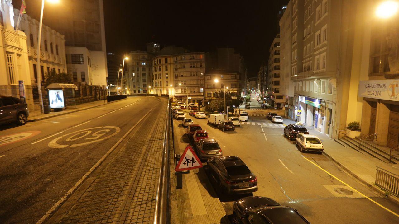 Calle Real, en A Coruña, vacía por el toque de queda.
