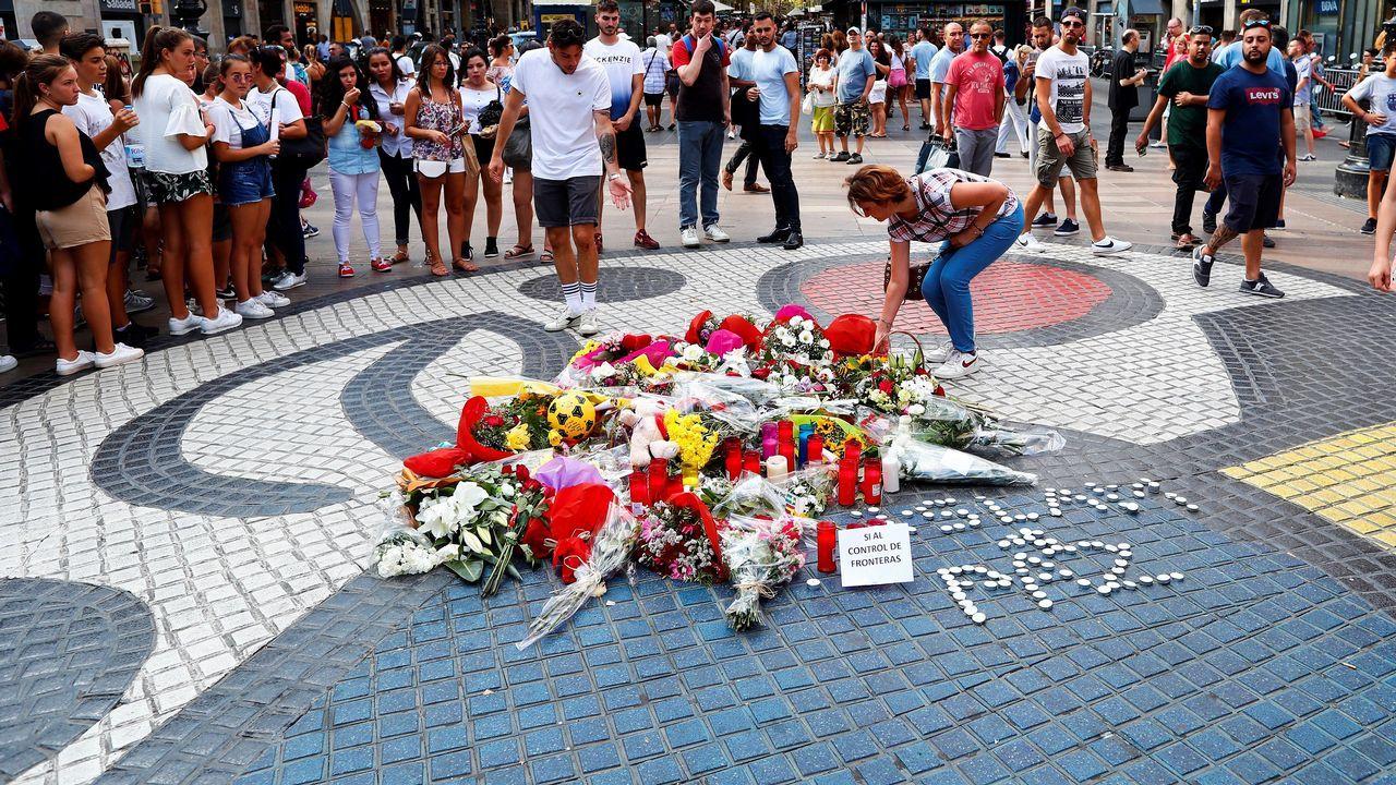 Así son las «habitaciones» de los agentes desplazados a Cataluña.Un agente de policía vigila la ceremonia en honor a las víctimas del atentado terrorista del 17 de agosto del año pasado
