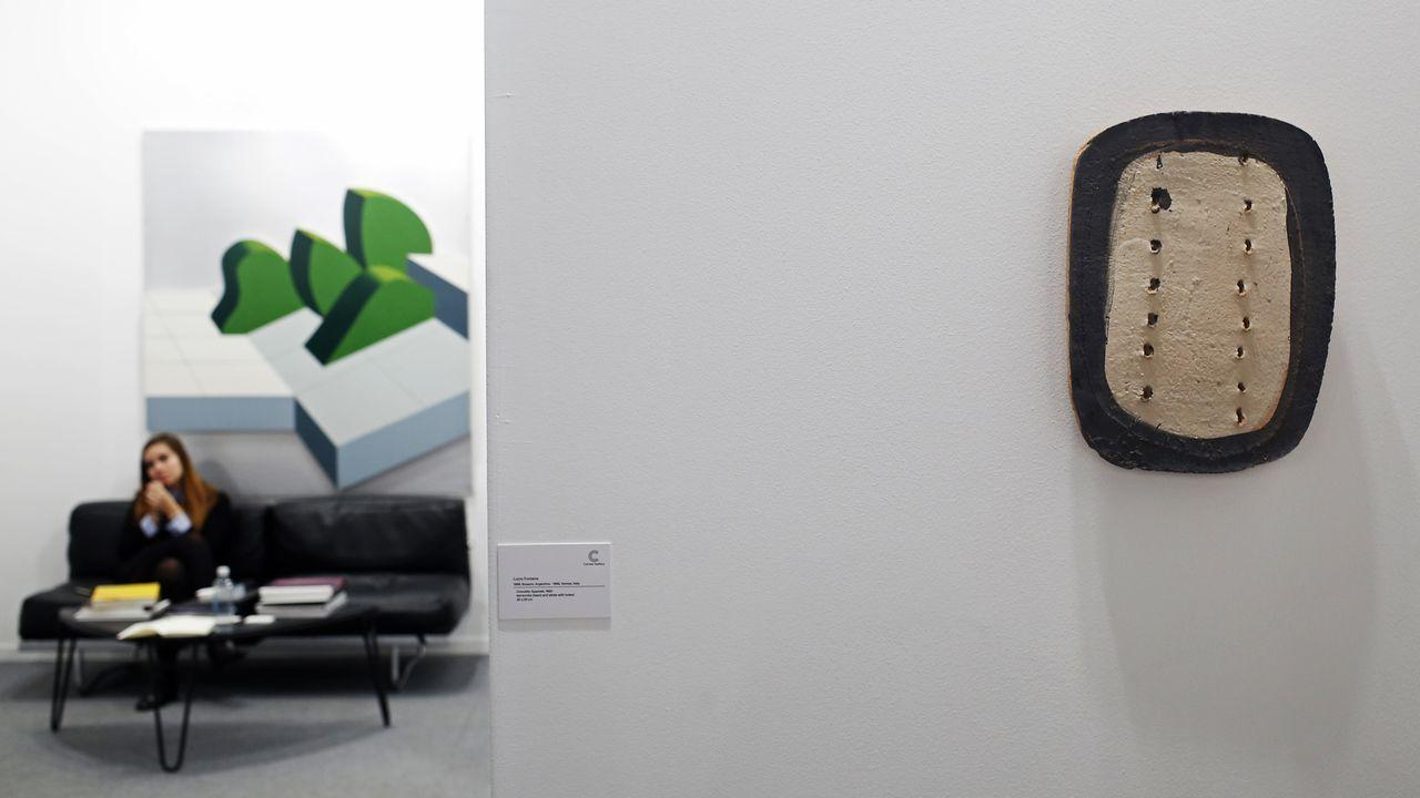 En primer plano una obra realizada en terracota por Lucio Fontana en 1950 y al fondo una pintura de Gianfranco Pardi en la galería Cortesi