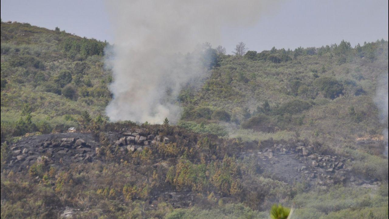Imágenes del incendio iniciado en Dodro y que se extendió a Rianxo.El motorista resultó con arañazos en el cuello, entre otras lesiones