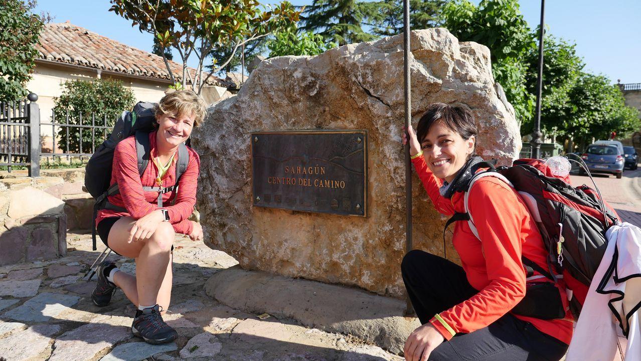 Eloína y Nuria posan en Sahagún, en el punto que marca el ecuador de la ruta jacobea