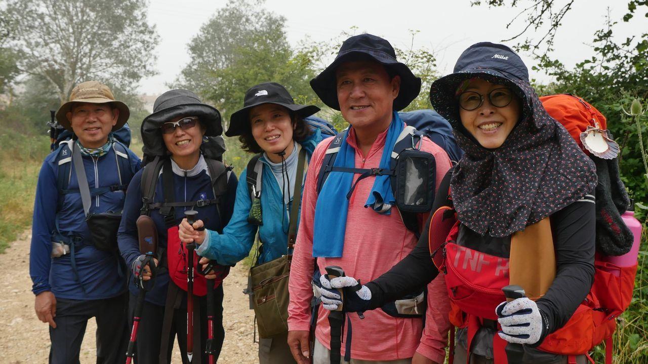Un grupo de coreanos realizando el camino de Santiago