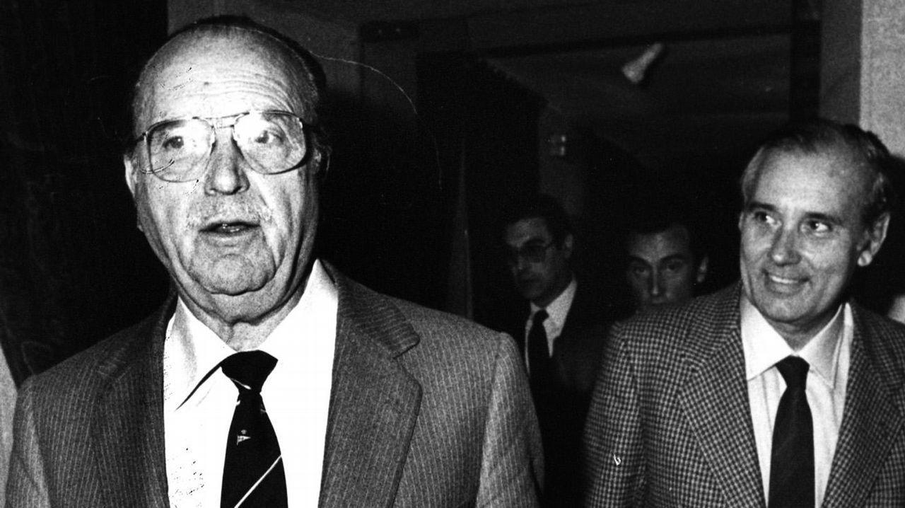 Imagen tomada en 1986 en plena crisis de gobierno de la Xunta de Galicia, despues de que todos los conselleiros presentaran la dimisión. En la imagen se puede ver a Gerardo Fernandez Albor y a José Manuel Romay Beccaria-