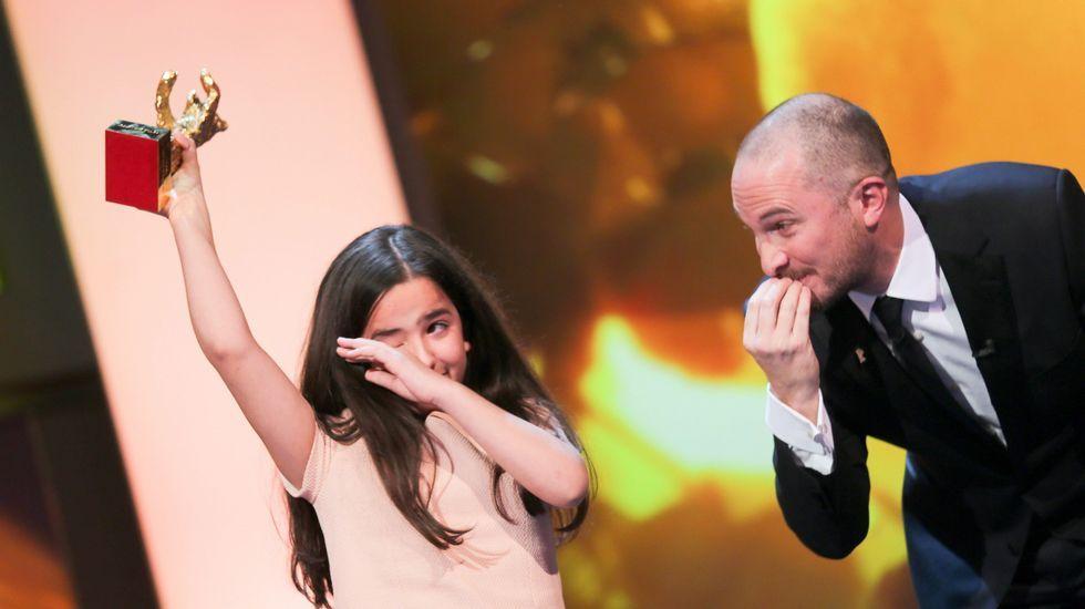 Solmaz Panahi, actriz y sobrina del director iraní Jafar Panahi, recibe de manos del presidente del jurado el Oso de Oro por «Taxi»