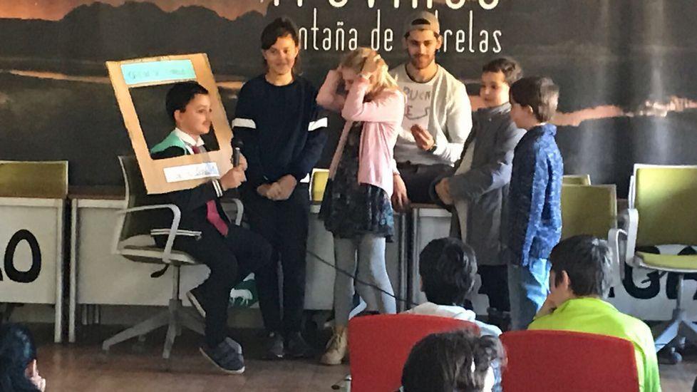 25N.En A Veiga, niños y mayores escenificaron escenas de desigualdad
