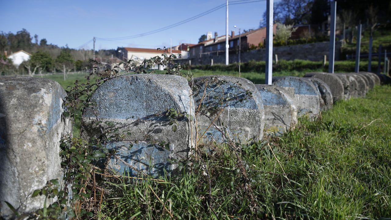 Hitos kilométricos en Galicia.Tren de alta velocidad a su paso por el viaducto del Ulla, en la ría de Arousa