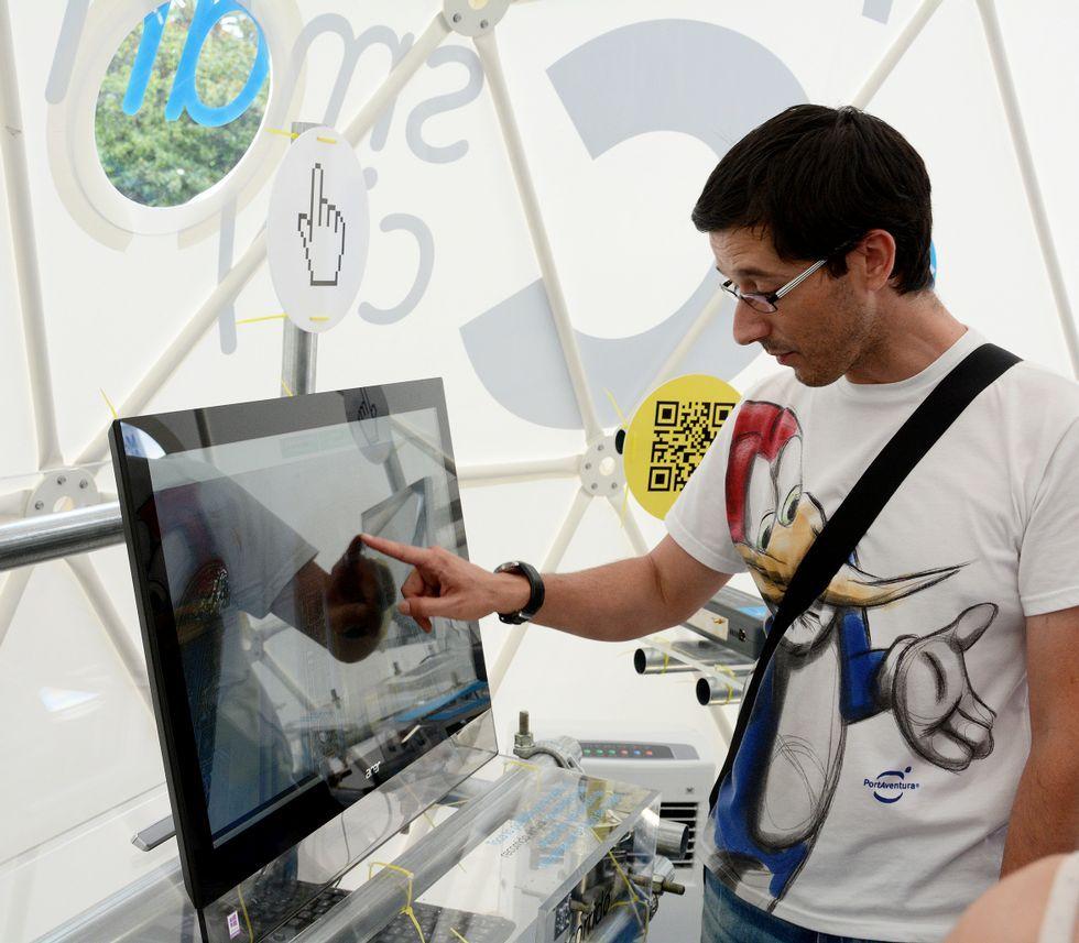 Un reguero de desolación.Un visitante examina un ordenador en una carpa de Smart City instalada en el Obelisco.