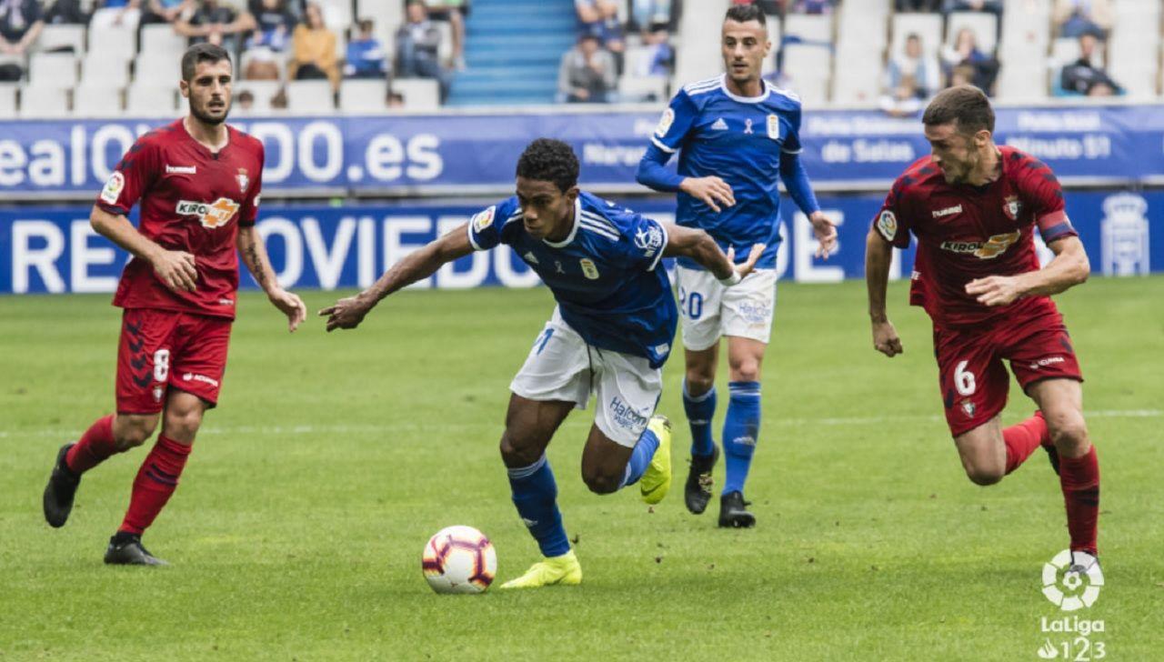 Barcenas Tejera Oier Fran Merida Real Oviedo Osasuna Carlos Tartiere.Bárcenas se lleva un balón ante Oier