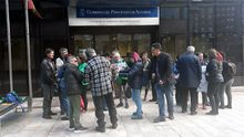 Varios integrantes de las Plataformas de Afectados por la Hipoteca de Asturias reunidos esta mañana frente a la entrada de la Consejería de Servicios y Derechos Sociales