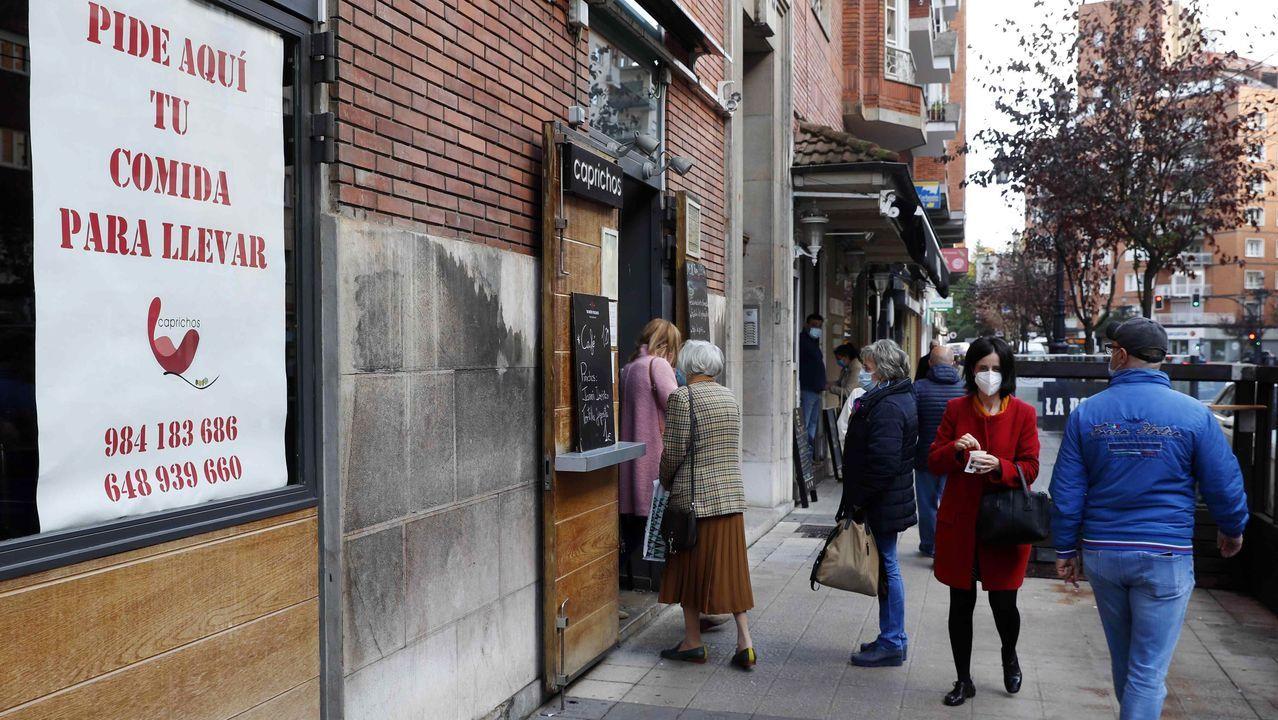 Un grupo de personas esperan en el exterior de local de hostelería para ser atendidos en Oviedo