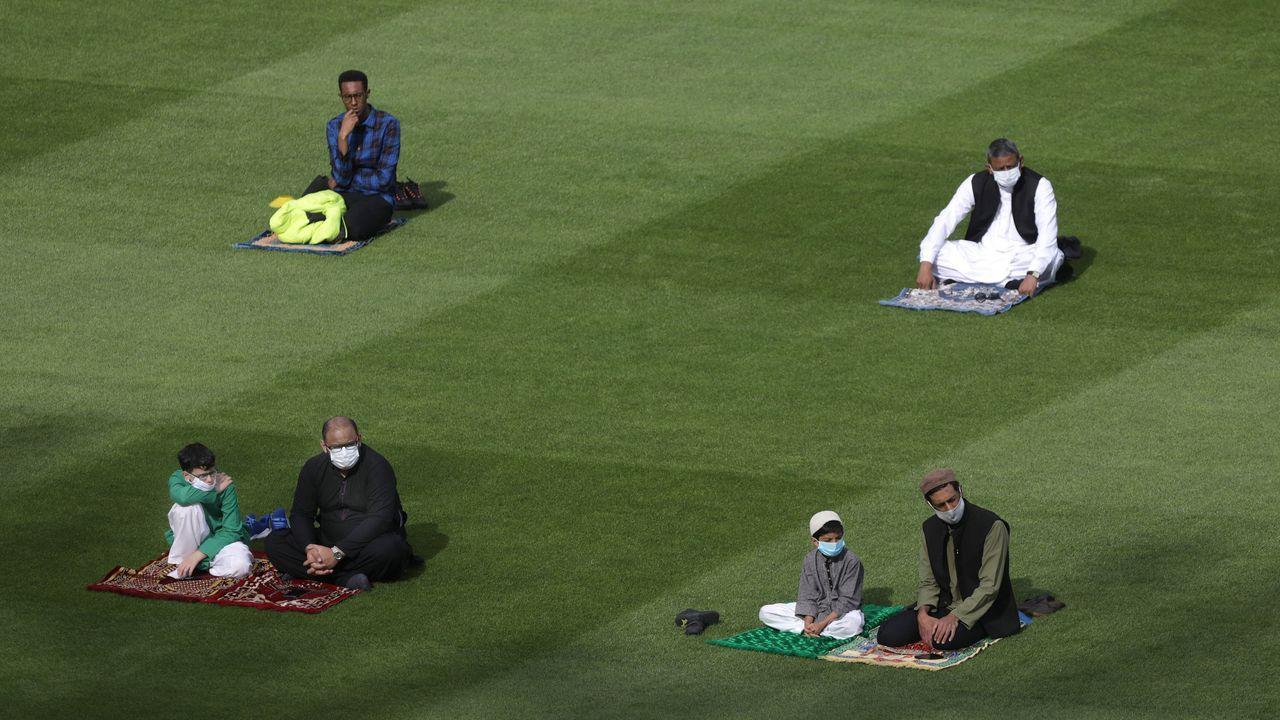 Musulmanes asisten a Eid al-Adha, que también se conoce como las oraciones matutinas del  Festival del Sacrificio  al aplicar un protocolo de salud para prevenir la propagación del coronavirus, en el estadio Croke Park Stadium, Dublín, Irlanda
