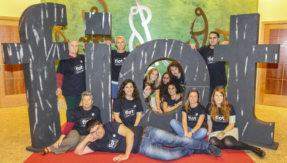 Los voluntarios del FIOT 2015 posaron el sábado para la foto de familia poco antes de la última función del programa.
