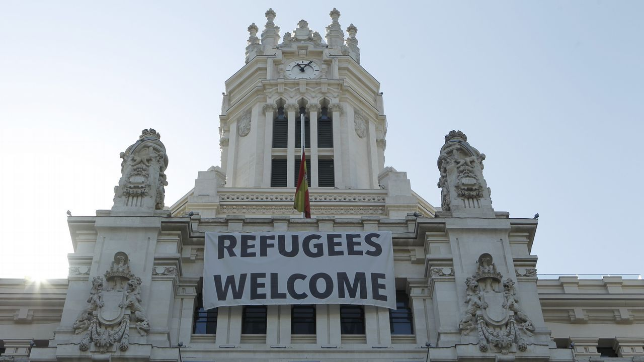 La bandera del Ayuntamiento de Madrid a media hasta a media asta tras de los atentados ocurridos ayer en Barcelona y Cambrils