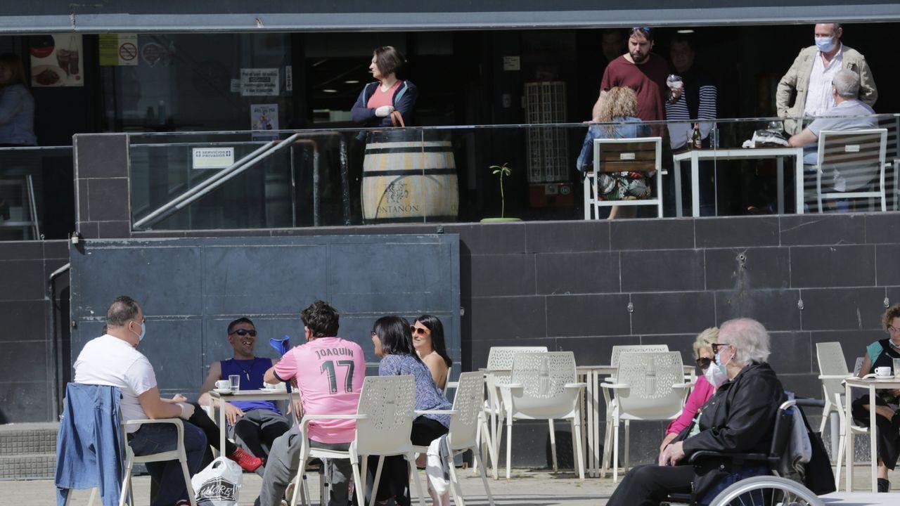 En A Coruña, la soleada mañana invitó a muchos a disfrutar de las terrazas. Este era el ambiente a media mañana en la calle Barcelona y en la plaza de As Conchiñas